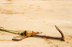 Ancla en la arena Foto de archivo libre de regalías