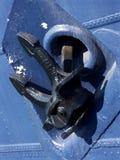 Ancla negra, nave azul Fotos de archivo libres de regalías