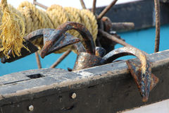 Ancla vieja en un barco de pesca La India goa Imágenes de archivo libres de regalías