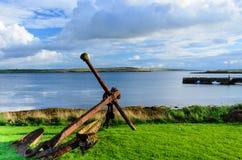 Ancla vieja y oxidada del buque de guerra en orilla Imagenes de archivo