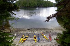 Ancladero abrigado en God& x27; s embolsa, isla de Vancouver, con los kajaks y el barco de vela foto de archivo libre de regalías