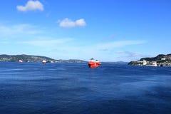 Ancladero Noruega del agua azul imagen de archivo