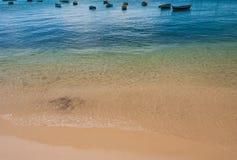 Anclaje de los barcos del pescador en la costa costa brasileña en verano Foto de archivo libre de regalías