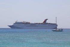 Anclas del barco de cruceros del paraíso del carnaval en el puerto de George Town, Gran Caimán Fotografía de archivo libre de regalías