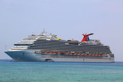 Anclas ideales del barco de cruceros del carnaval en el puerto de George Town, Gran Caimán Imagenes de archivo