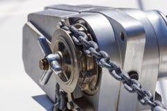 Ancle el mecanismo del chigre con la cadena en cubierta de la nave Foto de archivo libre de regalías