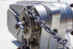 Ancle el mecanismo del chigre con la cadena en cubierta de la nave Fotos de archivo