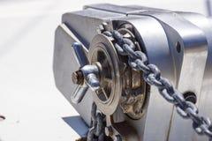 Ancle el mecanismo del chigre con la cadena en cubierta de la nave Imagen de archivo libre de regalías