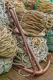 Ancora con le corde sul pavimento di legno. fotografia stock libera da diritti