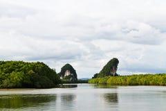 Ancora fiume con la montagna stupefacente della roccia Immagini Stock Libere da Diritti