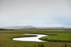 Ancora fiume fra le colline verdi in Islanda Fotografia Stock Libera da Diritti