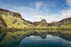 Ancora lago in un cratere con le riflessioni, Islanda Fotografia Stock Libera da Diritti