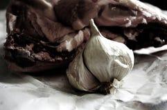 Ancora natura con aglio e carne fresca Fotografia Stock Libera da Diritti