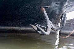 Ancora nera sulla prua della barca blu Fotografia Stock Libera da Diritti