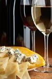 Ancora vita con formaggio e vino Fotografia Stock Libera da Diritti