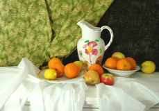 Ancora vita con frutta e la brocca Fotografie Stock Libere da Diritti
