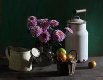 Ancora vita con i crisantemi ed i pomodori Fotografia Stock