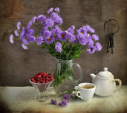 Ancora vita con i fiori e la fragola lilla Fotografia Stock
