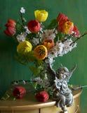Ancora vita con i tulipani e le albicocche dei fiori Fotografie Stock