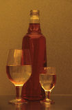 Ancora-vita con i vetri e la bottiglia di vino fotografia stock