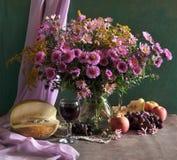 ancora vita con il butter-weed e la frutta Immagine Stock
