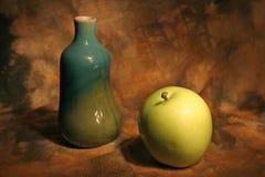 Ancora vita con il vaso e la mela Fotografia Stock Libera da Diritti