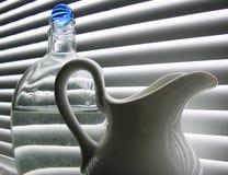 Ancora vita con la sfera di vetro blu Fotografie Stock Libere da Diritti