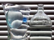 Ancora vita con la sfera di vetro blu Fotografia Stock