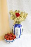 Ancora vita con le fragole ed i fiori Fotografie Stock
