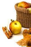 Ancora vita con le mele ed i fogli di autunno Immagine Stock