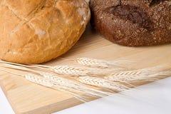 Ancora vita con le orecchie del frumento e del pane Fotografia Stock Libera da Diritti