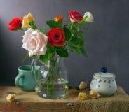Ancora vita con le rose variopinte ed il physalis Fotografie Stock