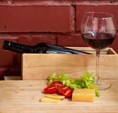 Ancora vita con vino e formaggio Fotografia Stock
