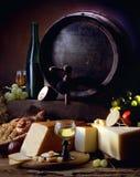 Ancora vita con vino e formaggio Fotografie Stock Libere da Diritti
