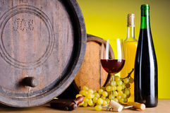Ancora vita con vino, l'uva ed i barilotti Immagini Stock Libere da Diritti