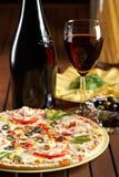 Ancora vita con vino rosso e pizza Fotografie Stock Libere da Diritti