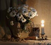 Ancora vita 1 fiori bianchi in un decantatore di vetro fotografia stock