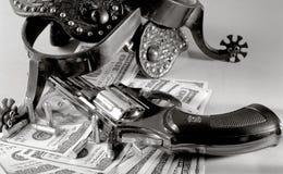 Ancora vita occidentale sopra la priorità bassa dei soldi fotografia stock