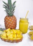 Ancora vita 1 Succo di ananas, cocktail con l'ananas fresco per la prima colazione di mattina su un fondo bianco detox immagine stock libera da diritti