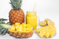 Ancora vita 1 Succo di ananas, cocktail con l'ananas fresco per la prima colazione di mattina su un fondo bianco detox fotografia stock libera da diritti