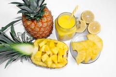 Ancora vita 1 Succo di ananas, cocktail con l'ananas fresco per la prima colazione di mattina su un fondo bianco detox immagini stock libere da diritti