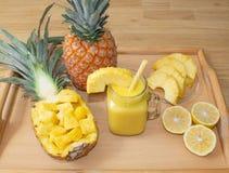 Ancora vita 1 Succo di ananas, cocktail con l'ananas fresco per la prima colazione di mattina su un vassoio di legno detox fotografia stock libera da diritti