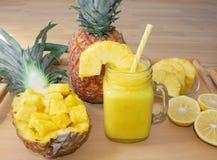 Ancora vita 1 Succo di ananas, cocktail con l'ananas fresco per la prima colazione di mattina su un vassoio di legno detox immagine stock libera da diritti