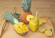 Ancora vita 1 Succo di ananas, cocktail con l'ananas fresco per la prima colazione di mattina su un vassoio di legno detox Per sa immagine stock libera da diritti