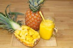 Ancora vita 1 Succo di ananas, frullati con l'ananas fresco per la prima colazione di mattina su una tavola di legno detox immagini stock libere da diritti