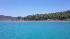 Ancorado em um barco em uma baía perto da praia de Whitehaven nos domingos de Pentecostes em Austrália video estoque