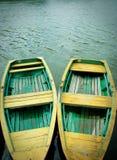Ancoradouro de madeira de dois barcos foto de stock royalty free