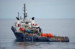 Ancoraggio che tratta l'imbarcazione AHTS del rifornimento della tirata Immagini Stock