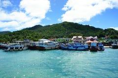 Ancoraggio della barca nell'aspettare del mare il turista Immagine Stock