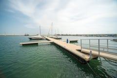 Ancoraggio facile per la navigazione degli yacht sul nuovo pilastro Sarafovo in Bourgas, Bulgaria Immagine Stock